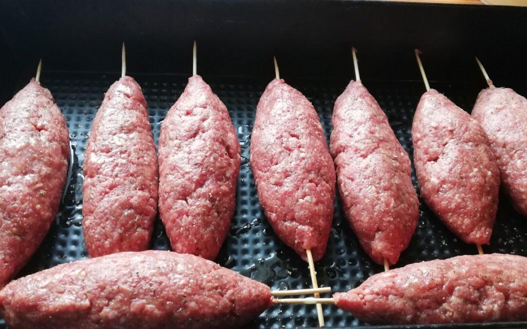 Szaszłyki z mielonej wołowiny z sosem tzatziki